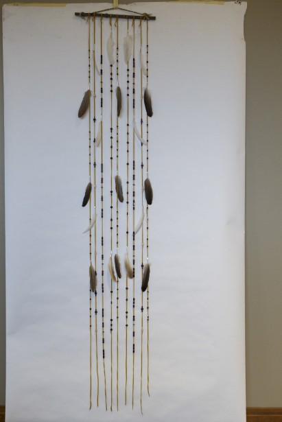 Rideau décoratif fabriqué en lacets de cuir, plumes et billes de bois par les guides du Musée. 72,95 $ à la boutique de l'Hôtel-Musée Premières Nations (Le Soleil, Caroline Grégoire)