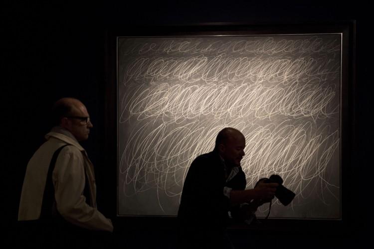 La toile de Cy Twomblyreprésente six lignes de... (PHOTO AP)
