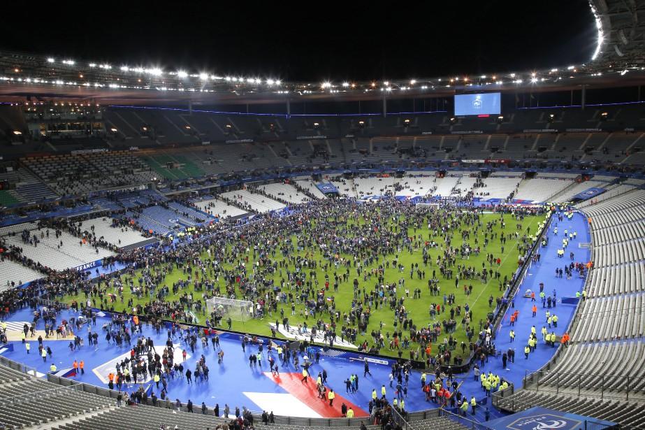 Les spectateurs envahissent le terrain du Stade de France après un match amical de soccer entre l'Allemagne et la France à Saint-Denis, près de Paris. Deux explosions ont été entendues près du stade. | 13 novembre 2015