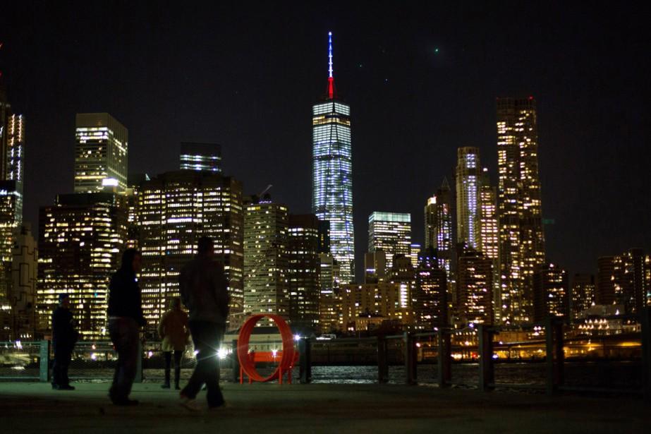 Le One World Trade Center illuminé aux couleurs de la France, à New York. | 13 novembre 2015