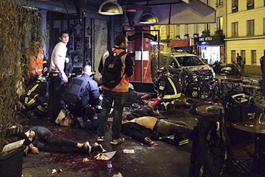 Des victimes d'une attaque devant le restaurant La Belle Equipe, à Paris. | 13 novembre 2015