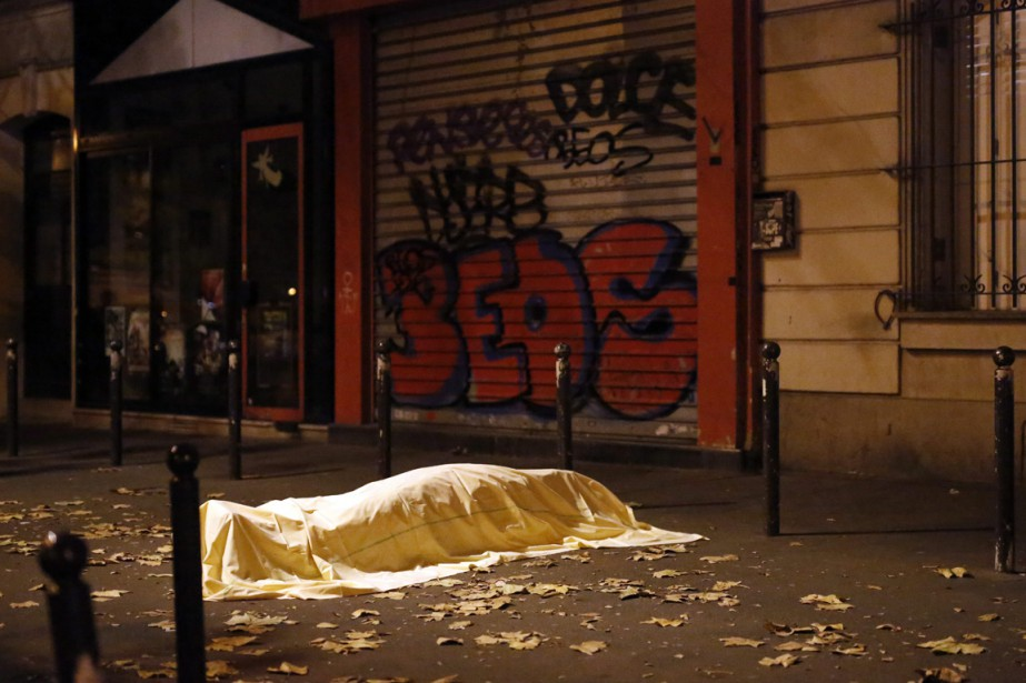 L'attaque contre une salle de spectacle du centre-ville, le Bataclan, a été particulièrement sanglante : on y compte plus d'une centaine de morts. | 13 novembre 2015