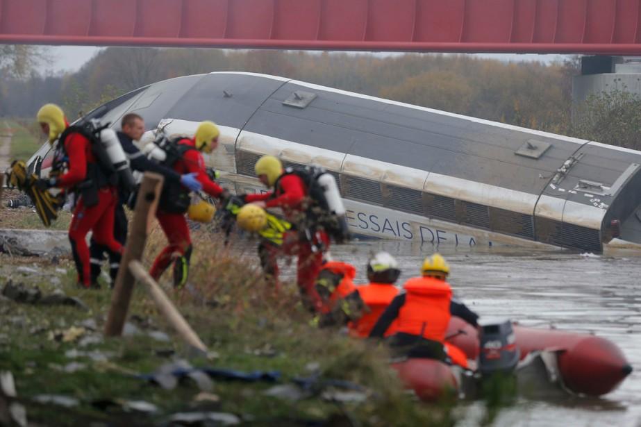 Des secouristes effectuent des recherches sur les lieux... (PHOTO VINCENT KESSLER, REUTERS)