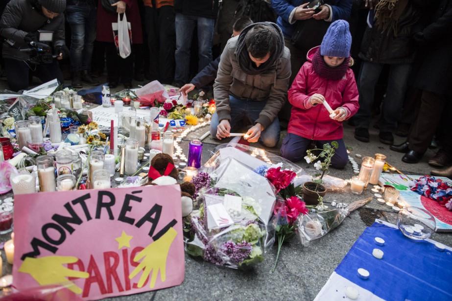 Autour de 3500 personnes, dont de nombreux membres de la communauté française en larmes, sont venus témoigner de leur douleur et de leur solidarité envers les Parisiens. (Photo Edouard Plante-Fréchette, La Presse)
