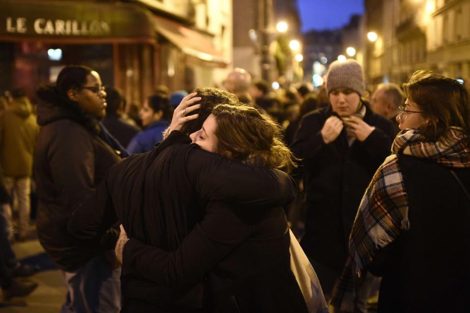 Des Parisiens se sont réunis près du restaurant... (Photo MARTIN BUREAU, AFP)