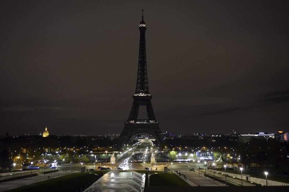 La tour Eiffel a été plongée dans le noir samedi,... | 2015-11-14 00:00:00.000