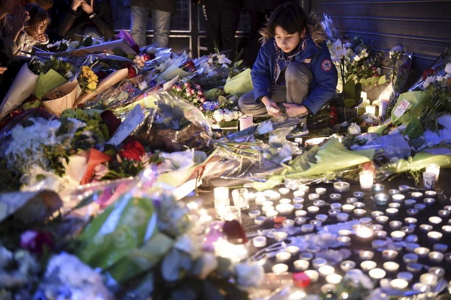 Chandelles et messages en hommage aux victimes devant le restaurant Belle Équipe. | 14 novembre 2015