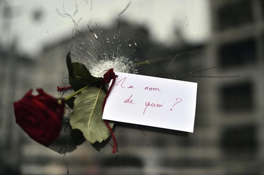 Une rose glissée dans le trou d'une balle, dans la vitrine d'un restaurant japonais, à Paris. | 14 novembre 2015