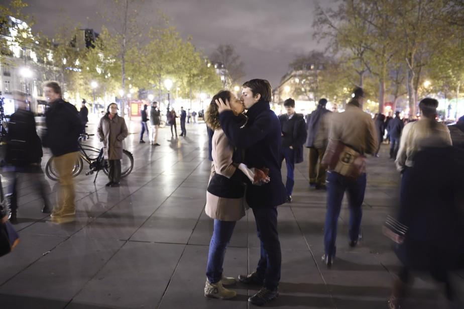 Un couple s'embrasse lors d'une vigile en hommage aux victimes des attentats. | 14 novembre 2015