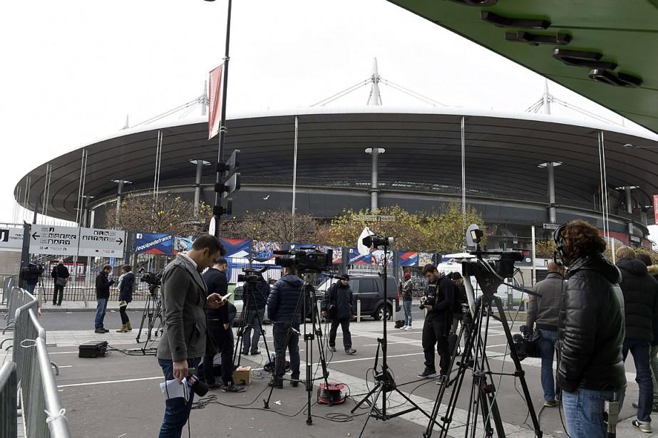 Des médias faisaient le pied de grue hier... (PHOTO MIGUEL MEDINA, AFP)