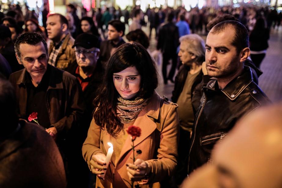 Samedi, des Turcs se sont réunis devant le... (Photo YASIN AKGUL, AFP)