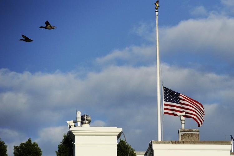 Les drapeaux américains seront mis en berne à la Maison-Blanche... (ARCHIVES AFP)
