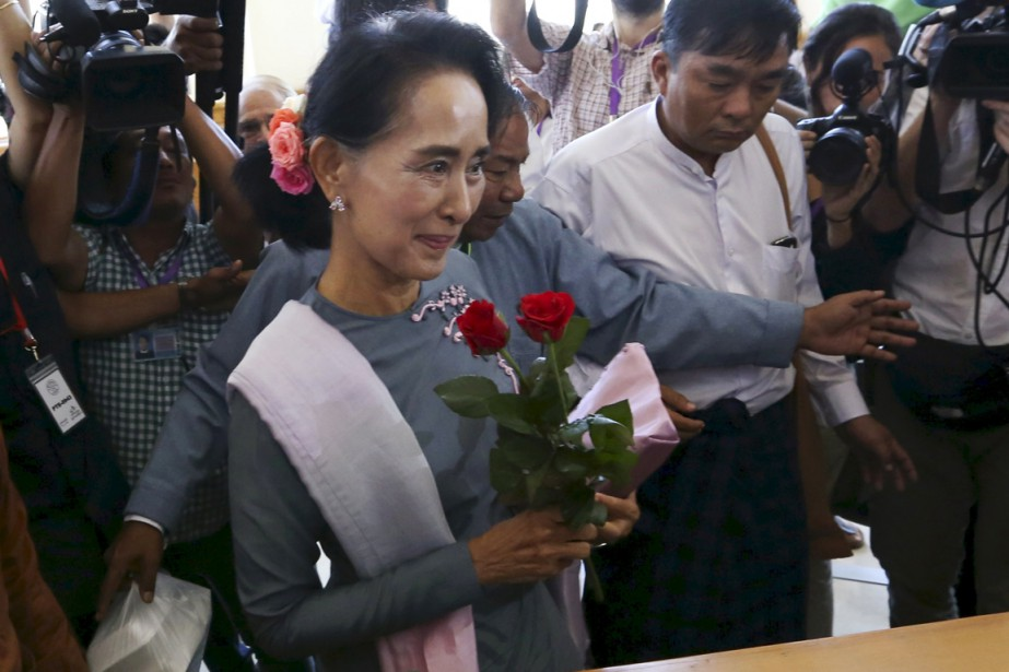 Avec à la main deux roses rouges, Aung... (PHOTO SOE ZEYA TUN, REUTERS)