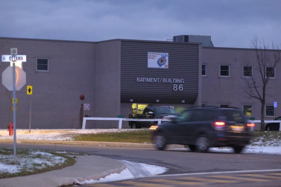 Un colis suspect a été découvert dans l'édifice86 situé près de l'entrée principale. (Photo Le Quotidien, Denis Villeneuve)
