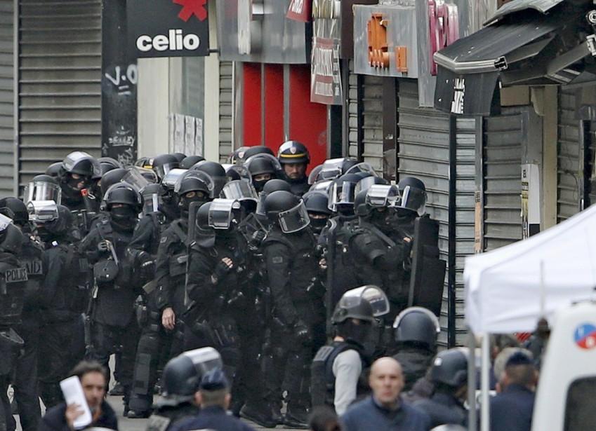 Des membres du RAID, groupe d'élite de la police française, prennent position lors de l'opération antiterroriste à Saint-Denis. (PHOTO BENOIT TESSIER, REUTERS)
