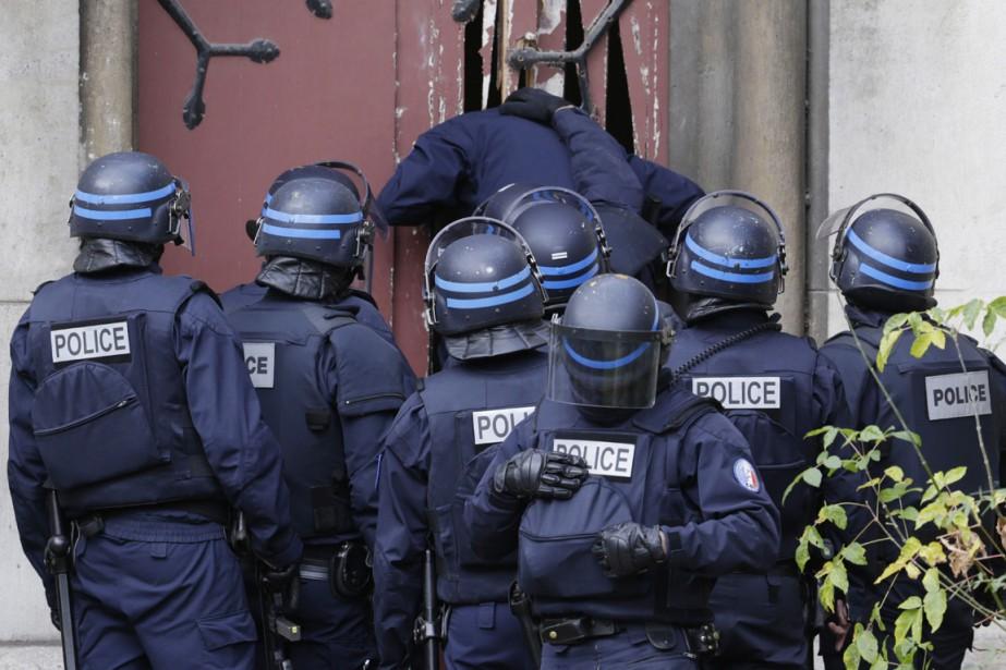 Des policiers des forces spéciales ont défoncé la porte de l'Église Neuve de Saint-Denis, située à quelques centaines de mètres de l'appartement visé. (PHOTO KENZO TRIBOUILLARD, AP)