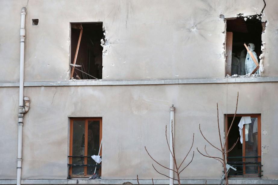 L'immeuble où s'est déroulé le raid des forces françaises est scruté par les experts en criminalistique de la police française. (PHOTO  JOEL SAGET, AFP)