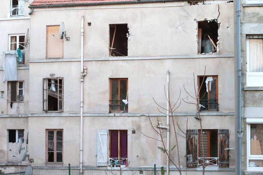 L'immeuble où ont frappé les forces françaises en fin de nuit, à Saint-Denis, en banlieue parisienne. (PHOTO  JOEL SAGET, AFP)