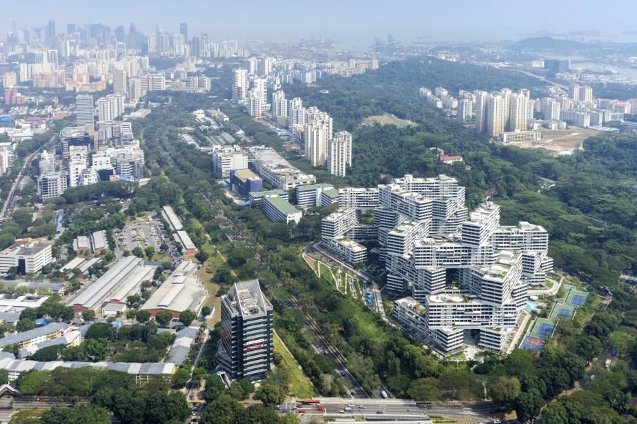 The Interlace, «village vertical» de Singapour, a été couronné Meilleur édifice au monde lors du World Architecture Festival de Singapour. Il s'agit du complexe résidentiel le plus ambitieux dans l'histoire de Singapour. Composé d'un réseau de logements et d'espaces sociaux, il est composé de 31 blocs d'appartements de six étages et longs de 70 m chacun, aménagés dans des arrangements hexagonaux divisés par des cours intérieures. (Fournie par OMA/Buro Ole Scheeren)