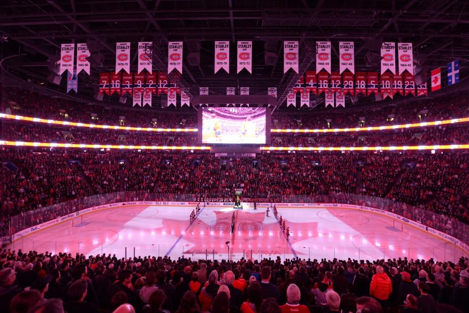 Les spectacteurs du Centre Bell sont debout lors de l'interprétation de l'hymne national canadien. (PHOTO BERNARD BRAULT, LA PRESSE)