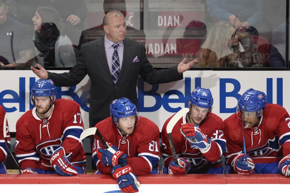 L'entraîneur du Canadien Michel Therrien montre son désaccord face à une décision de l'arbitre. ()
