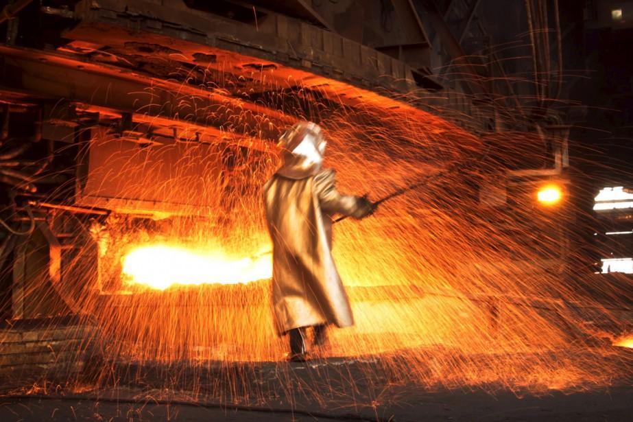 Un travailleur du nickel oeuvre dans une usine... (PHOTO YUSUF AHMAD, ARCHIVES REUTERS)