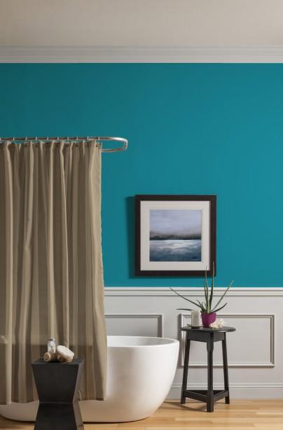 Les couleurs lumineuses et naturelles, comme le sarcelle Plume de paon (16BG 24/357 DL28) des peintures CIL, contribuent à créer un cadre de vie apaisant. (Les peintures CIL)
