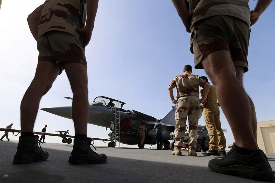 Des soldats français prépare un avion de combat... (PHOTO KARIM SAHIB, ARCHIVES AFP)