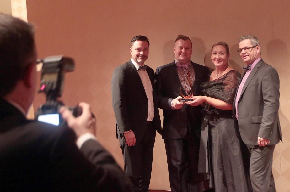 Les représentants de Paradis Montpetit Beauchamp posent avec le trophée de la PME de l'année. (Étienne Ranger, LeDroit)