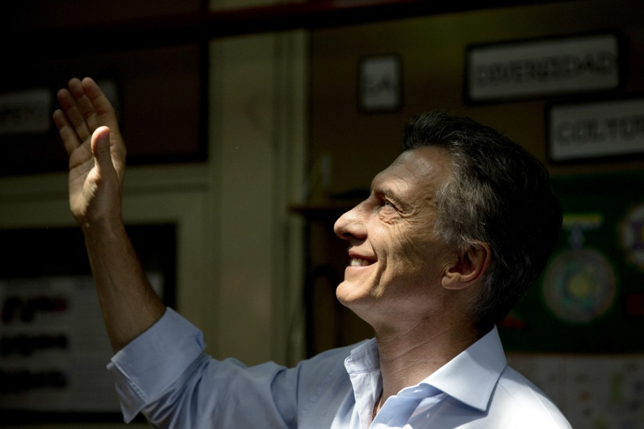 Mauricio Macri salue ses partisans avant d'aller voter... (Photo Natacha Pisarenko, AP)