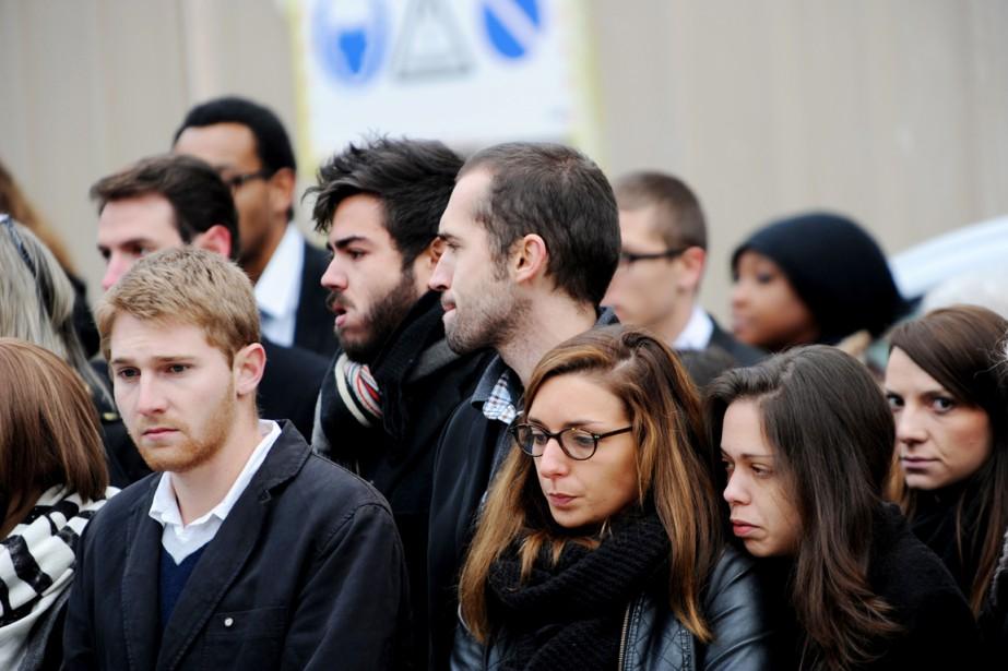 Des proches d'Anna et Marion Pétard-Lieffrig rendent un... (PHOTO GUILLAUME SOUVANT, AFP)