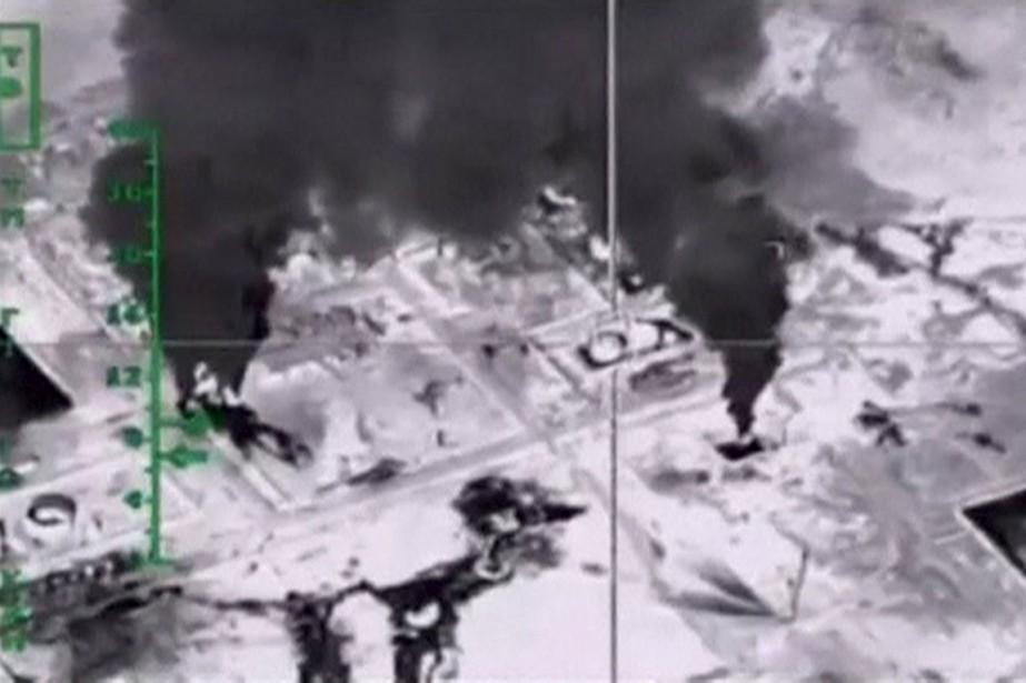 Sur cette photo, un gisement de pétrole bombardé... (Photo Reuters)