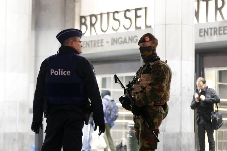 Des soldats et policiers belges patrouillent dans les... (PHOTO AP)
