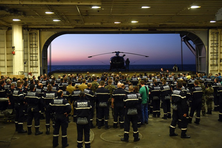Des soldats de la marine française attendent l'arrivée... (PHOTO AFP)