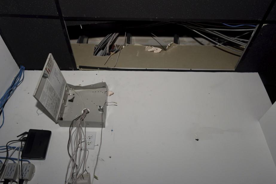 Les malfaiteurs ont fait un trou dans le plafond de la salle de bain de la bijouterie pour accéder au boîtier du système d'alarme. Ils l'ont neutralisé en quelques secondes. (François Gervais)