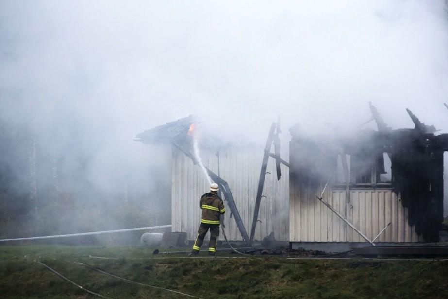 Sur la photo, un pompier combat l'incendie d'un... (PHOTO ADAM IHSE, ARCHIVES AFP / TT NEWS AGENCY)