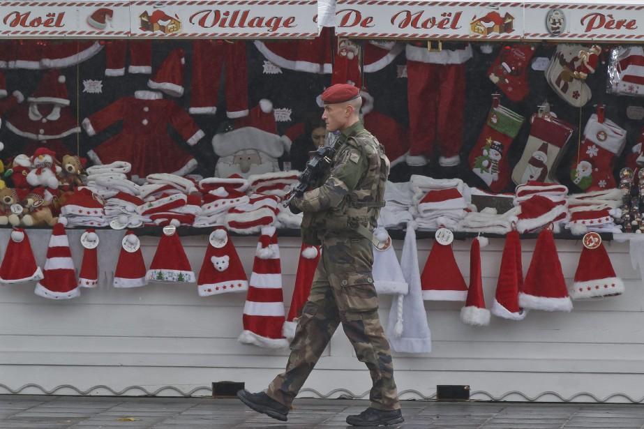 Un soldat effectue une ronde au marché de... (PHOTO MICHEL EULER, ASSOCIATED PRESS)