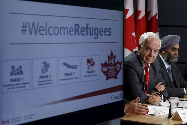 John McCallum, ministre fédéral de l'Immigration, et Harjit... (PHOTO REUTERS)