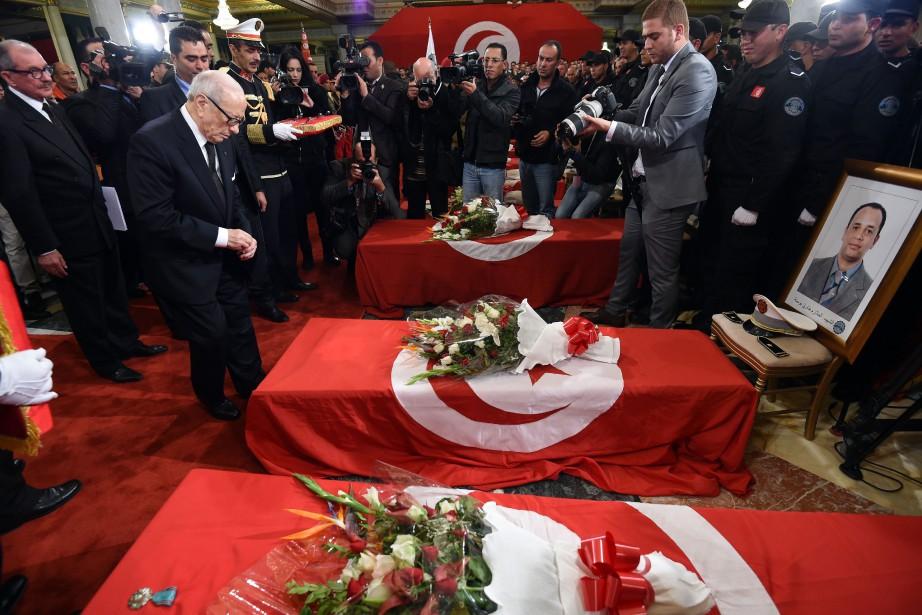 Le président tunisien Beji Caid Essebsi décore à... (PHOTO FETHI BELAID, AGENCE FRANCE-PRESSE)