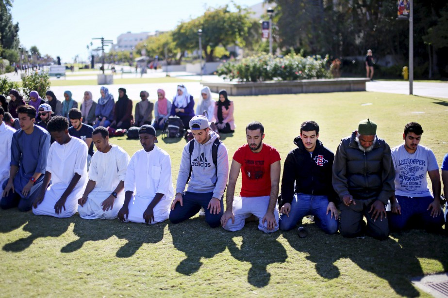Des étudiants musulmans ont prié en plein air... (PHOTO SANDY HUFFAKER, REUTERS)