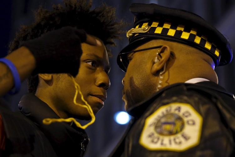 Après l'annonce de l'inculpation du policier, des manifestants... (PHOTO REUTERS)