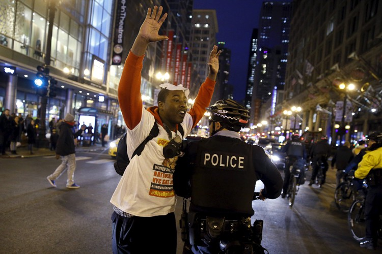 De petits groupes de manifestants se sont de nouveau réunis,... (PHOTO REUTERS)