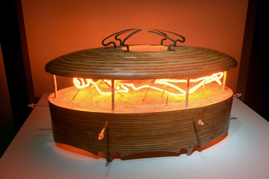 <em>Le grand voyage</em> est une sculpture-néon que François-Alfred Mignault a fabriquée en 1999 avec du verre, du bois et du gaz néon. (Le Soleil, Jean-Marie Villeneuve)