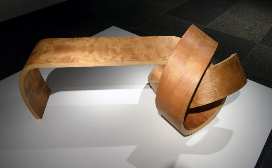 Le <em>Banc noeud</em> de l'ébéniste Kino Guérin (2013) répond au défi qu'il s'est lancé à lui-même : réaliser des pièces de mobilier en un seul morceau, sans assemblage pour les pattes ou le dossier. Ce savoir-faire lui permet de créer des formes complexes et des noeuds. (Le Soleil, Jean-Marie Villeneuve)