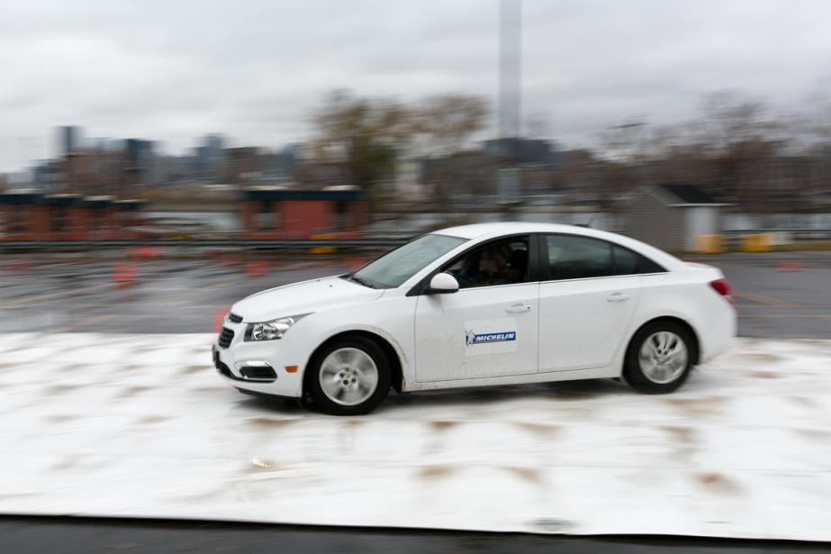 Certains des exercices obligent les conducteurs à volontairement provoquer un dérapage de la voiture afin de tenter d'en retrouver la maîtrise. (Photo François Roy, La Presse)