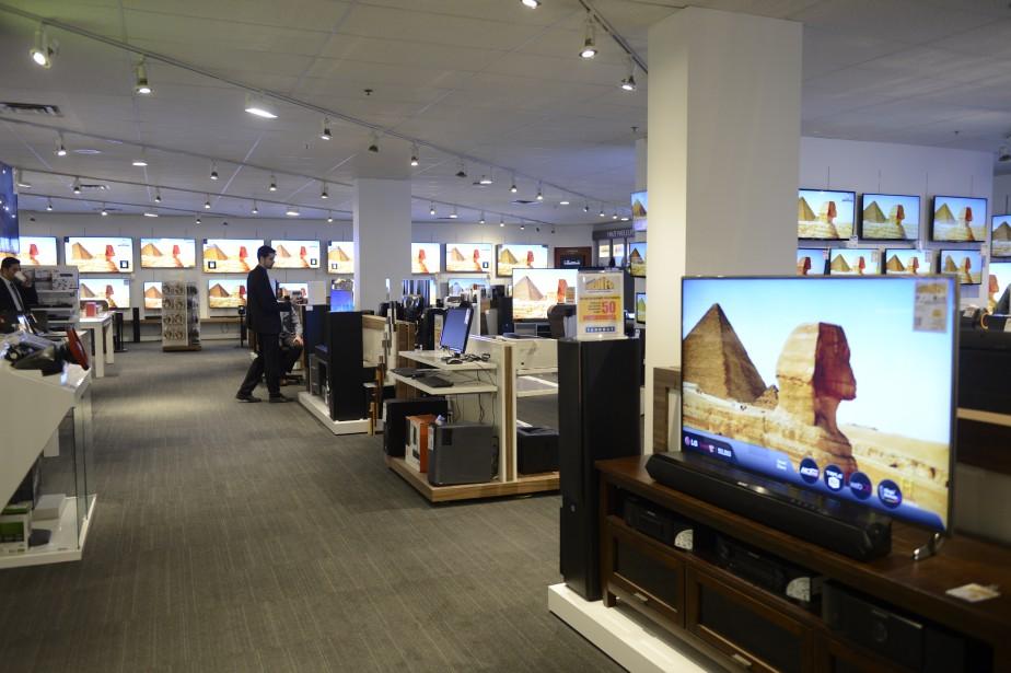 Afin de faciliter le magasinage des produits électroniques, des tables autour desquelles les clients peuvent facilement circuler ont été installées. Cela permet par ailleurs de comparer les produits entre eux. (Jeannot Lévesque)