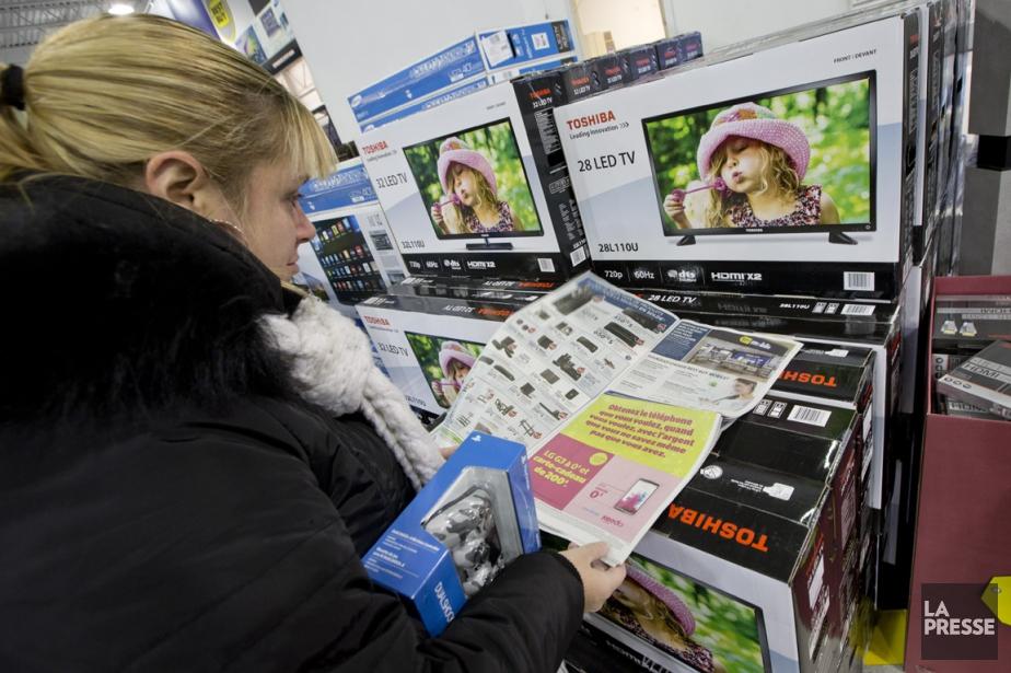 Une cliente consulte les soldes dans un magasin... (Photo David Boily, La Presse)