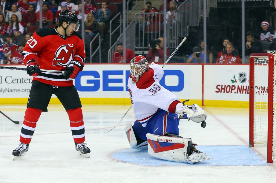 Mike Condon tente en vain de bloquer le tir d'Adam Henrique (pas sur la photo). (PHOTO ED MULHOLLAND, USA TODAY)