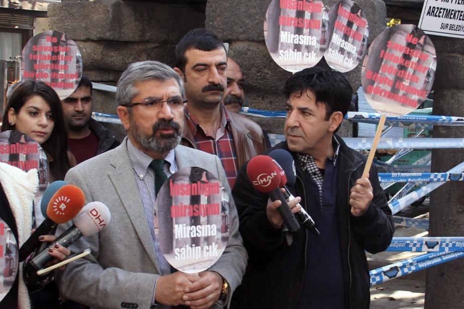 Tahir Elci, s'adressant aux médias, peu avant d'être... (PHOTO ILYAS AKENGIN ASSOCIATED PRESS)