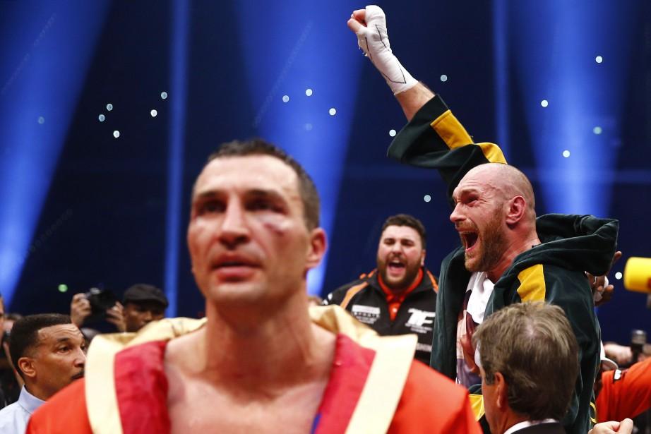 Tyson Fury célèbre sa victoire devantVladimir Klitschko (en... (Photo Kai Pfaffenbach, Reuters)
